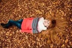 Jovem mulher bonita - outono colorido Imagens de Stock