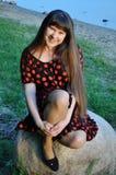 A jovem mulher bonita, ouve-se por muito tempo, feliz Imagens de Stock