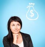 A jovem mulher bonita pensa sobre o dinheiro Fotos de Stock