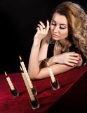 Jovem mulher bonita perto das velas imagens de stock royalty free