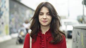 Jovem mulher bonita perto do muro de Berlim vídeos de arquivo