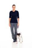 Cão de passeio da mulher imagens de stock royalty free