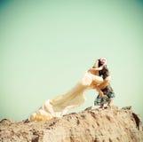 Mulher que anda em um deserto Fotos de Stock Royalty Free