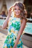 Jovem mulher bonita que anda na noite ensolarada da cidade Feliz e Foto de Stock Royalty Free