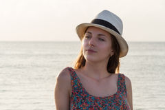 Jovem mulher bonita que aprecia na praia Fotografia de Stock