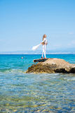Jovem mulher bonita que aprecia o oceano Foto de Stock