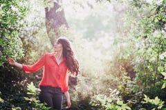 Jovem mulher bonita que aprecia o por do sol imagem de stock royalty free