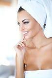 Jovem mulher bonita que aprecia um tratamento dos termas Fotografia de Stock Royalty Free