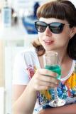 Jovem mulher bonita que bebe o vinho espumante verde Fotografia de Stock