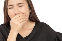 Jovem mulher bonita que boceja no fundo branco Fotos de Stock Royalty Free