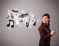 Jovem mulher bonita que canta e que escuta a música com musica Imagem de Stock