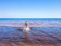 Jovem mulher bonita que corre na água transparente fotografia de stock royalty free
