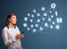 A jovem mulher que datilografa no smartphone com 3d alta tecnologia rotula o commi Imagens de Stock