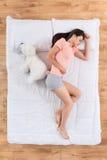 Jovem mulher bonita que dorme na cama fotografia de stock royalty free
