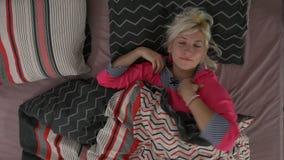 Jovem mulher bonita que dorme pacificamente e que move-se em seu sono - vista superior video estoque