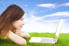 Jovem mulher bonita que encontra-se em um prado Imagem de Stock