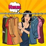 Jovem mulher bonita que escolhe a roupa em seu vestuário Pop art Vetor Foto de Stock Royalty Free