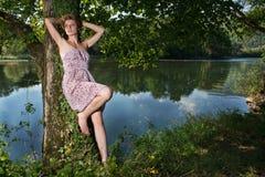 Jovem mulher bonita que está pelo rio fotos de stock royalty free