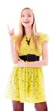 Jovem mulher bonita que está e que aponta para cima Fotos de Stock Royalty Free