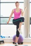 Jovem mulher bonita que executa o exercício da ginástica aeróbica Fotos de Stock