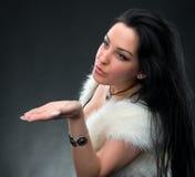 Jovem mulher bonita que funde um beijo imagens de stock royalty free