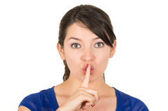 Jovem mulher bonita que gesticula o silêncio shhh com Imagem de Stock