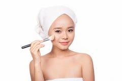 Jovem mulher bonita que guarda a escova da composição Imagem de Stock Royalty Free
