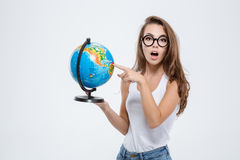Jovem mulher bonita que guarda o globo Foto de Stock