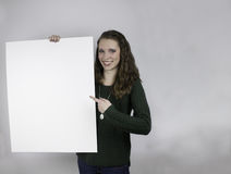 Jovem mulher bonita que guarda o sinal vazio Fotos de Stock