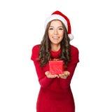 Jovem mulher bonita que guarda um presente Imagem de Stock Royalty Free