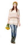 Jovem mulher bonita que guardara flores amarelas Imagens de Stock Royalty Free
