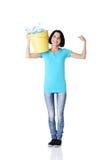 Jovem mulher bonita que guardara o escaninho de recicl Foto de Stock