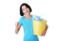Jovem mulher bonita que guardara o escaninho de recicl Fotografia de Stock Royalty Free