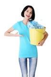Jovem mulher bonita que guardara o escaninho de recicl Fotos de Stock Royalty Free