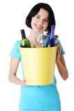 Jovem mulher bonita que guardara o escaninho de recicl Fotos de Stock