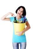 Jovem mulher bonita que guardara o escaninho de recicl Fotografia de Stock