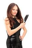 Jovem mulher bonita que guardara uma escova de cabelo Imagens de Stock