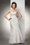 A jovem mulher bonita em um vestido de casamento Fotografia de Stock Royalty Free
