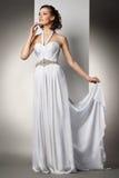 A jovem mulher bonita em um vestido de casamento Imagens de Stock