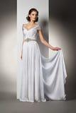 A jovem mulher bonita em um vestido de casamento Imagens de Stock Royalty Free