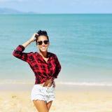 Jovem mulher bonita que levanta pelo mar Foto de Stock Royalty Free