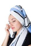 Jovem mulher bonita que limpa sua cara com o a Fotografia de Stock
