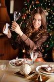 Jovem mulher bonita que limpa um vidro Fotografia de Stock Royalty Free