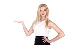 A jovem mulher bonita que mostra o produto (espaço da cópia) isolou - a imagem conservada em estoque Fotos de Stock Royalty Free