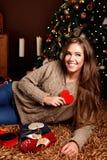 Jovem mulher bonita que mostra um coração Fotografia de Stock Royalty Free
