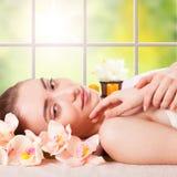 Jovem mulher bonita que obtém a massagem dos termas imagem de stock