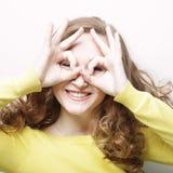 Jovem mulher bonita que procura algo com os olhos largamente abertos e Fotografia de Stock Royalty Free