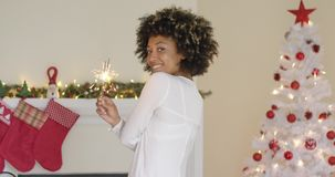 Jovem mulher bonita que queima um chuveirinho do Natal video estoque