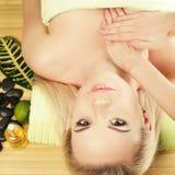 Jovem mulher bonita que recebe a massagem do corpo em um salão de beleza dos termas fotografia de stock