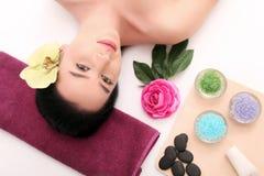 Jovem mulher bonita que recebe a massagem facial no salão de beleza dos termas imagem de stock